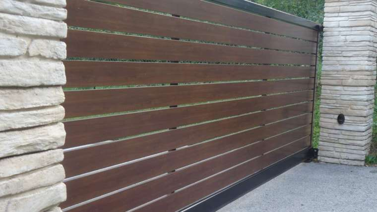 Portail auto-porté ; cadre noir RAL 9005 ; remplissage paline aluminium imitation bois