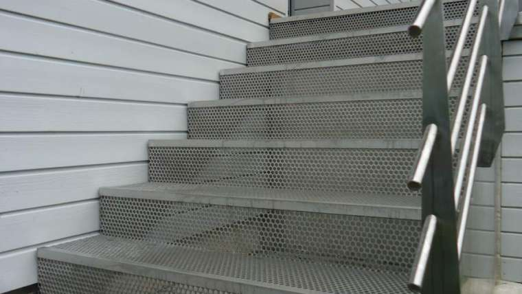 Escalier inox en tôle perforée