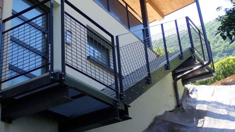 escalier métallique ; marche caillebotis ; garde corps composition grillage