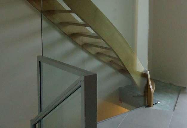 paroi vitré pour mise en valeur escalier et garde corps acier vitrer
